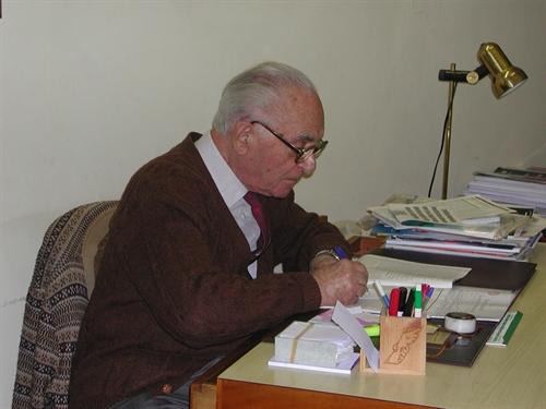 דר סולומון ברטהולד במרפאתו בשעת קריאת עיתונות רפואית עדכנית